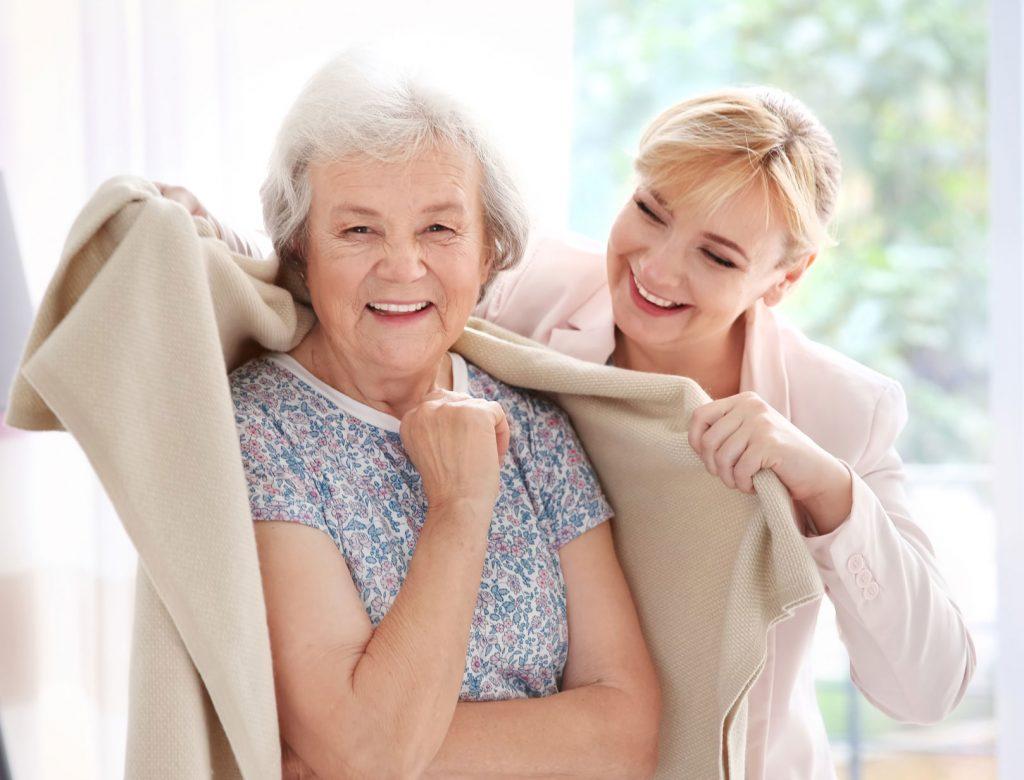 ältere Frau mit Helferin